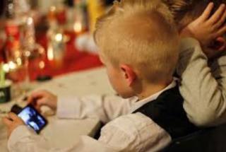 Bambini  tablet  smartphone  zurigo  svizzera  studio mike  gioco  internet  ufas  rischi