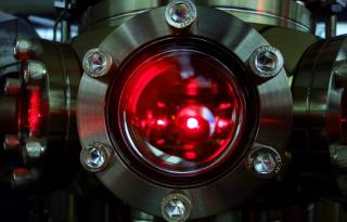 Immagine_Una nuvola di atomi di litio utilizzata per l'esperimento viene raffreddata tramite fasci laser all'interno della camera ad ultra-alto vuoto