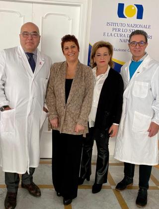 Da sx l'oncologo Giovanni Iodice  le due pazienti selezionate Rita Maria e Marisa e l'oncologo Michelino de Laurentiis