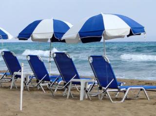 Spiaggia  estate  covid  distanziamento  mascherine  mare  giochi  gruppo  racchettoni  coronavirus  regioni  ombrelloni  file